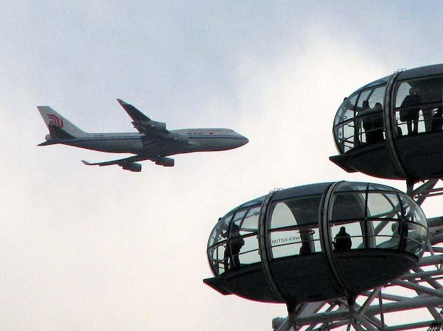 Avião e London Eye