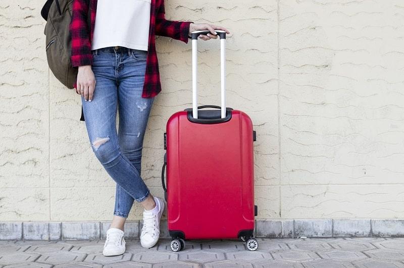 Viajante com mala de viagem