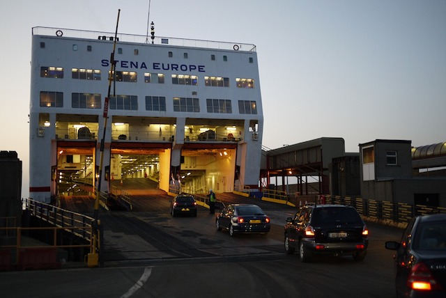 Carros no ferry para Dublin
