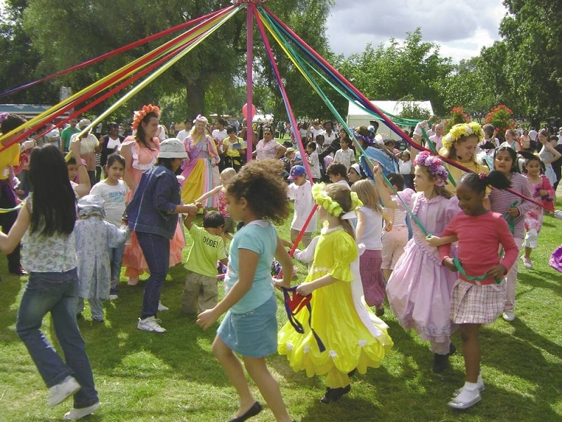 Crianças aproveitam o May Day em Londres